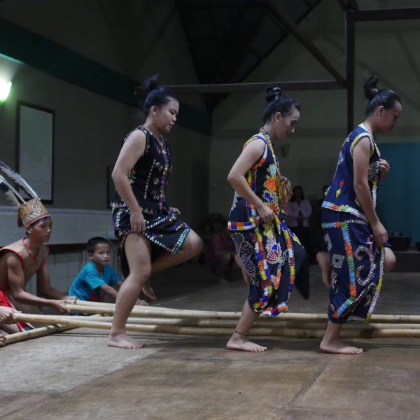 Learn about the Murut culture during a community project at Sapulot
